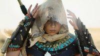 《刺客信条:起源》女版巴耶克COS 妹子抓鸟秀腹肌